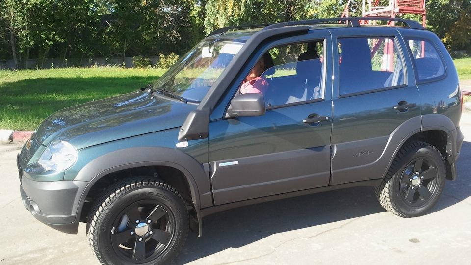 Нива Chevrolet цвет сочи на черных дисках